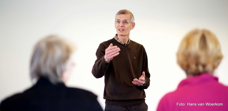 Hans van Woerkom ist Präsentationscoach. Auch bei einer Beamerpräsentation ist die Körpersprache des Vortragenden entscheidend für den Gesamteindruck