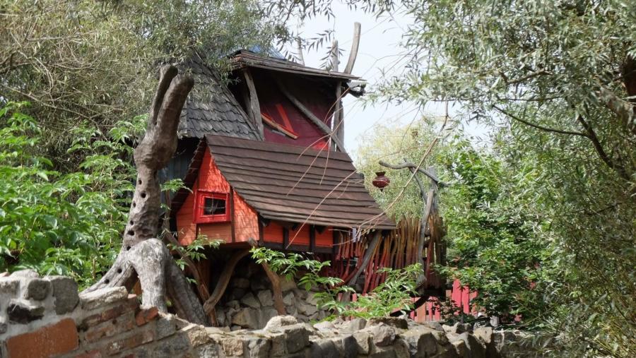 Das Felsennest in der Geheimen Welt von Turisede ist zugegeben eine verrückte Behausung für den Urlaub, aber Anregungen kann man sich bei den Holzgestaltern schon holen