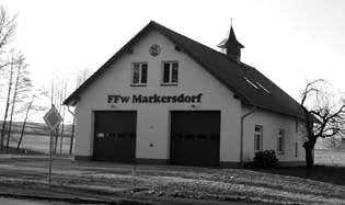 """Markersdorf<br />Foto: Th. Knack""""/></a><br /><figcaption>Markersdorf<br />Foto: Th. Knack</figcaption>Den Gemeinderäten und der Verwaltung ist die Bedeutung der Feuerwehren sehr eindringlich bewusst und so wurden seit 2001 an sechs von sieben Feuerwehrhäusern teilweise gewaltige bauliche Veränderungen durchgeführt. Dass mit den Verbesserungen in den Häusern auch die anfallenden Betriebskosten steigen, war und ist den Kameraden bewusst und sie sind bereit, viel Eigenleistung bei der Pflege und Instandsetzung der Gebäude und der Technik zu leisten.</p> <p>Mit der Schaffung der Tageseinsatzgruppe sind wir ständig in der Lage die Einsatzbereitschaft abzusichern. Außerdem werden durch die gemeinsamen Ausbildungen viele Kameraden an die neue Technik herangeführt und an ihr ausgebildet. </p> <p>Mit der Konzentration der Gewerbeansiedlungen in Markersdorf und auf dem Hoterberg ist der Standort des Gerätehauses Markersdorf als Hauptstandort und somit auch Ausgangspunkt für die Tageseinsatztruppe vorbestimmt.</p> <p>Doch gerade der Erhalt aller Feuerwehrstandorte ist den Kameraden besonders wichtig. Bekräftigt wurde dieses Anliegen durch den Brandschutzbedarfsplan, welcher vom Gemeinderat bestätigt wurde. Dieser sagt eindeutig aus, dass die Feuerwehrstandorte nicht nur zur Aufrechterhaltung langjähriger Traditionen notwendig sind, sondern die geforderten Ausrückezeiten und somit die Erreichbarkeit aller Teile unserer Gemeinde den Erhalt der sieben Standorte rechtfertigen.<a href="""