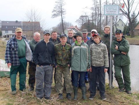 Die Jugendgruppe des Angelvereins Gersdorf packt zu bei der Pflege des Jugendteiches.