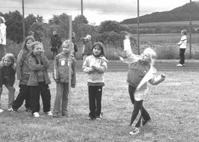 Zum Abschluss gab es noch ein Eis für jedes Kind, denn es war ja schließlich auch Kindertag. Trotz des Wetters war es ein gelungenes Schulsportfest.