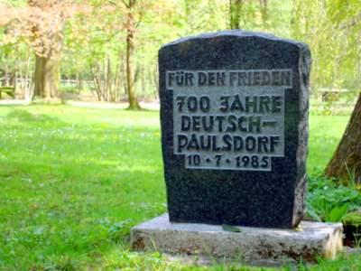 Erinnerung im Deutsch-Paulsdorfer Schlosspark an das letzte runde Jubiläum.