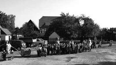 Morgenkreis der Kinder vor dem Rathaus. Foto: Knack