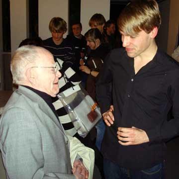 Clemens Beier (re.) im Gespräch mit Heinz W. Krückeberg, der zur Premiere von Hannover nach Weimar gekommen war. Fotos: BeierMedia.de