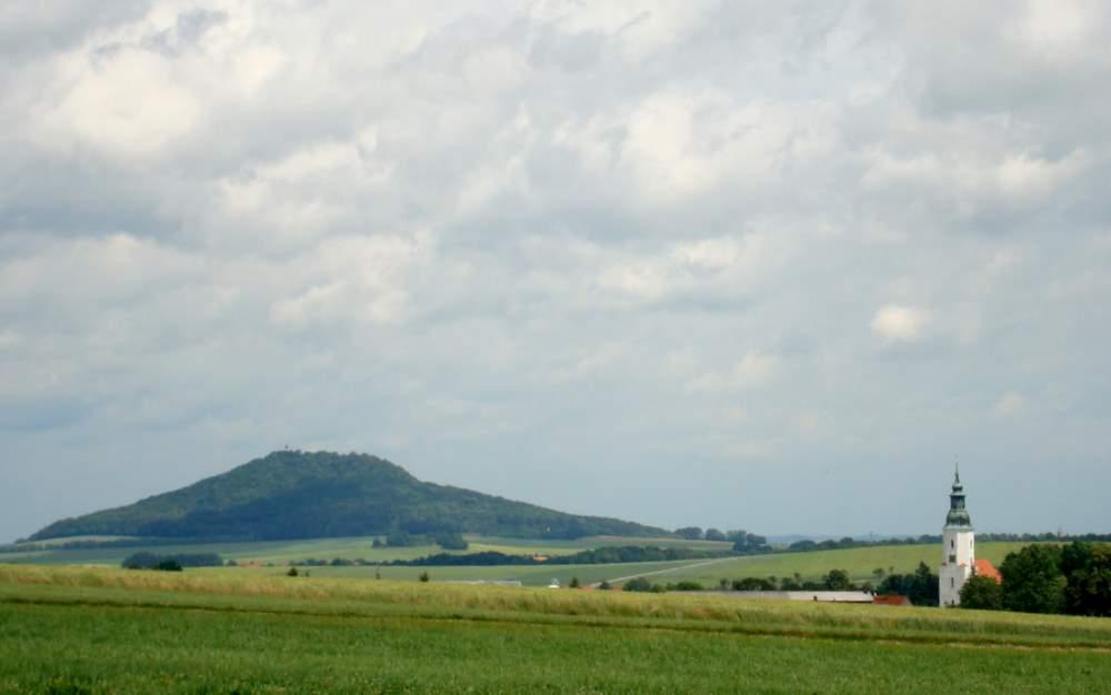 Friedersdorf an der Landeskrone - die Bauernkirche St. Ursula als Wahrzeichen des Ortes im Hügelland der niederschlesischen Oberlausitz. Fotos: BeierMedia.de