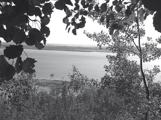 """Blick von der Rutschung P über den See.<br />Foto: Thomas Knack""""/></a><br /><figcaption>Blick von der Rutschung P über den See.<br />Foto: Thomas Knack</figcaption>Aber ist das wirklich der alleinige Anspruch der Gemeinde Markersdorf? Wir wollen eine starke Gemeinde im ländlichen Raum sein und alles dafür tun, um die Attraktivität für unsere Bürger zu erhöhen.</p> <p>Dazu müssen wir im Rahmen der kommunalen Selbstverwaltung auch Entscheidungen treffen, die oft erst mittel- und langfristige Auswirkungen haben und für den Einzelnen in der Gegenwart nicht immer nachvollziehbar sind. Wenn wir langfristig selbstständig bleiben wollen, müssen wir ein nachhaltig gesicherter Bestandteil der Region sein. Dazu ist es unabwendbar, sich absolut mit der Region zu identifizieren und bei deren Gestaltung und Entwicklung Einfluss zu nehmen.</p> <p>Ende der 90er Jahre hat sich der Gemeinderat auch darum entschieden, gemeinsam mit der Stadt Görlitz und der Gemeinde Schönau-Berzdorf einen Planungsverband zur gemeinsamen Entwicklung am und um den ehemaligen Braunkohletagebau zu gründen. Schon 2002 wurde kurzzeitig über die Umwandlung in einen Zweckverband beraten, dann aber 2003 eine neue Satzung für den Planungsverband beschlossen und mit diesem Gremium gemeinsam mit der LMBV gearbeitet.</p> <p>Stattliche 110 Sitzungen des Planungsverbandes und unzählige Arbeitskreise, Workshops und gesonderte Beratungen fanden in den letzten Jahren statt und das Ergebnis liest man aktuell in den Artikeln der Zeitungen.<br />Bisher ist es nicht gelungen, klare Voraussetzungen für die Entwicklung am See zu schaffen. Ist wirklich die Frage, ob ein 400-Millionen-Investor oder viele kleine Investoren das Bessere für den See sind, entscheidend?</p> <p>Ich denke, wir sollten uns am See erst einmal die Frage stellen, wer finanziert die Basisinfrastruktur. Woher kommen der Strom und das Trinkwasser und wohin geht das Abwasser rings um den See. Was antworten wir den Interessenten auf die berechtigten Fragen da"""