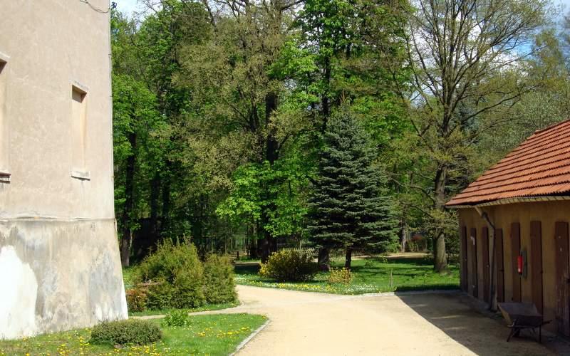An das Deutsch-Paulsdorfer Schloss schließt sich ein Park an um den sich vor allem Herr Klare kümmert.