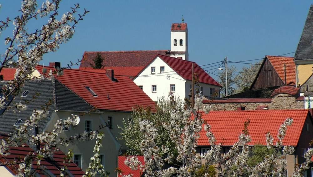 Das gepflegte Bergdorf am Berzdorfer See präsentiert sich dem Spaziergänger mit malerischen Ortsansichten. Joachim Lehmann aus Jauernick-Buschbach hat viele davon, wie auch das hier gezeigte, im Bild festgehalten.