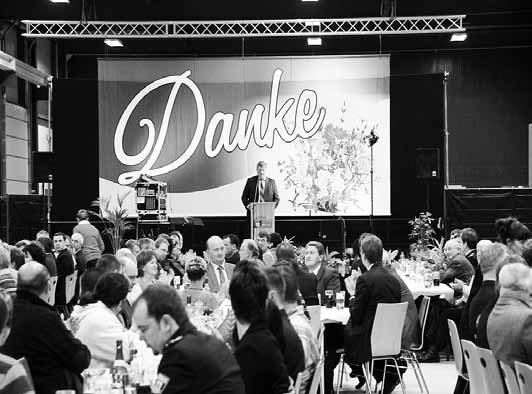"""Der Markersdorfer Bürgermeister Thomas Knack<br />bei seiner Ansprache zum Neujahrsempfang 2012.<br />Fotos: Th. Hübner""""/></a><br /><figcaption>Der Markersdorfer Bürgermeister Thomas Knack<br />bei seiner Ansprache zum Neujahrsempfang 2012.<br />Fotos: Th. Hübner</figcaption>Im letzten Jahr habe ich mich noch besonders bei unseren Gewerbetreibenden bedankt, denn das Rückgrat unserer Gemeinde sind, neben dem Ehrenamt, die Handwerker und die kleinen und mittelständischen Firmen.</p> <p>Die kontinuierliche Arbeit unserer Betriebe gibt uns die Grundlage für die Planung von Investitionen. Sie schaffen uns die Voraussetzungen für das aktive Vereinsleben und für die Ausschöpfung der Förderung. Gerade in einer Zeit der äußerst schwierigen Haushaltslagen in den Kommunen sichern uns die Firmen die überlebensnotwendigen Einnahmen.<br />Aber vielleicht ist es auch einmal wichtig zu wissen, dass wir die ca. 750.000 Euro Gewerbesteuereinnahmen auch dazu nutzen, um die rund 800.000 Euro Kreisumlage zu bezahlen.</p> <p>Wir haben uns als Gemeinde Markersdorf vorgenommen, nicht in das allgemeine Horn des Jammerns einzustimmen. Schwindende Zuweisungen und erhöhte Kosten treffen uns als Kommune ebenso, wie jeden privaten Haushalt. Privat würde mancher sagen: """"Es tut mir zwar weh, aber ich kann es mir momentan nicht leisten und verschiebe es auf später."""" Die Pflichtaufgaben einer Kommune kann man nicht verschieben. Und auch viele sogenannte """"freiwillige Leistungen"""" sind im Gemeindeleben nicht einfach streichbar.<br />Zum einen sind gerade diese für viele Bürger schon zur Selbstverständlichkeit geworden und zum anderen müssten die Bürger diese Kosten übernehmen, wenn sie der Gemeindehaushalt nicht mehr hergibt. Das ist aber nicht unsere Herangehensweise. </p> <p>Gerade in der gegenwärtigen Umstellung der Kameralistik auf die doppelte Buchführung erkennt man, dass wir zum Beispiel einen Kindergarten nie kostendeckend betreiben können. Der Zuschuss der Gemeinde wird stets den größten Antei"""
