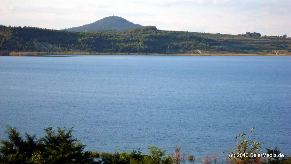 Der Berzdorfer See, im Hintergrund die Landeskrone.