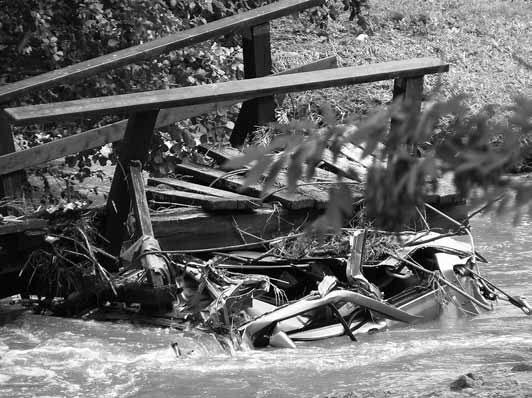 Autowrack unter der Brücke am Wehr in Markersdorf (Foto: Thomas Knack)