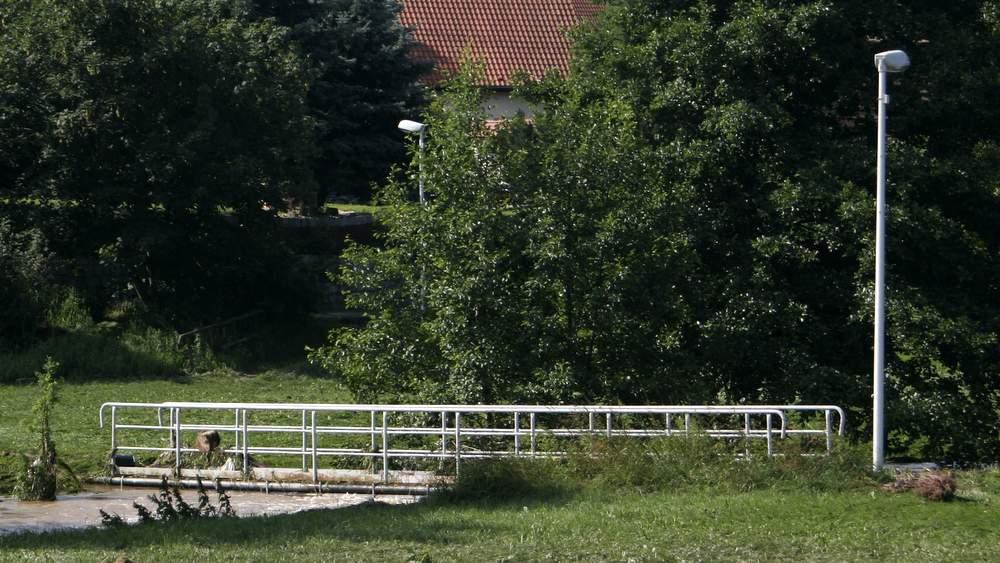 Die Fußgängerbrücke zwischen den Ärztehäusern und der Mittelstraße ist noch immer (Stand Anfang August 2012) gesperrt. Foto vom 7. Juli 2012: BeierMedia.de
