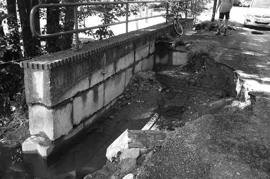 Die Brücke über dem Reichenbacher Wasser ist ausgespült.