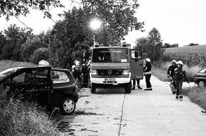 Feuerwehr-Ausbildung bei einem simulierten Verkehrsunfall