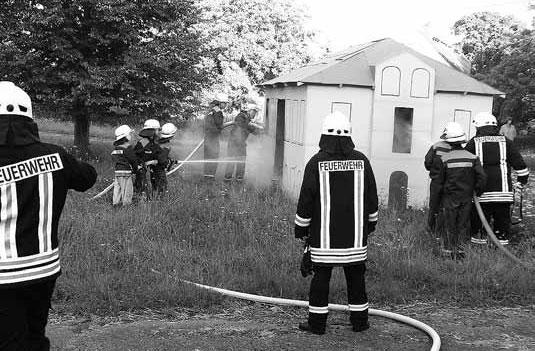 Am Modell wird das Löschen eines Zimmerbrands geübt.
