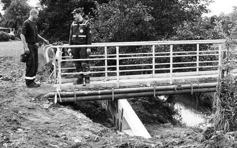 Das Technische Hilfswerk aus Görlitz hat die Holtendorfer Fußgängerbrücke gesichert.