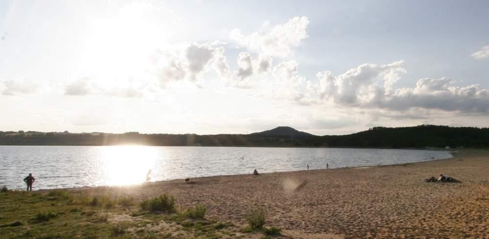 Am Nordoststrand des Berzdorfer Sees, im Hintergrund die Landeskrone.