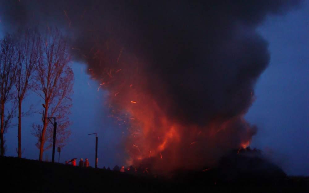 """Die Feuchtigkeit sorgte für eine gewaltige Qualmentwicklung. Aber das Feuer siegte<br />und führte die Walpurgisnacht zum gewünschten Ende. Fotos: BeierMedia.de""""/></a><br /><figcaption>Die Feuchtigkeit sorgte für eine gewaltige Qualmentwicklung. Aber das Feuer siegte<br />und führte die Walpurgisnacht zum gewünschten Ende. Fotos: BeierMedia.de</figcaption>Doch die Markersdorfer zeigten, dass sie auch dann durchaus hart im nehmen sind, wenn es ums gemeinsame feiern geht.</p> <div class='code-block code-block-1' style='margin: 8px 0; clear: both;'> <div class="""