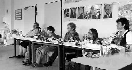 """Die Jury aus Eltern, Großeltern und Schülern der Markersdorfer Grundschule<br />hatte alle Hände voll zu tun, die Lesevorträge zu bewerten.""""/></a><br /><figcaption>Die Jury aus Eltern, Großeltern und Schülern der Markersdorfer Grundschule<br />hatte alle Hände voll zu tun, die Lesevorträge zu bewerten.</figcaption>Besonderer Dank gilt den Eltern und Großeltern, die sich wieder die Zeit nahmen, um in der Jury mitzuwirken und den Lehrerinnen Frau Kubitz und Frau Jacob für die gute Vorbereitung und Durchführung der Veranstaltung.</p> <p>Die Schüler der Klassen 3b und 4b</p> <div class='code-block code-block-1' style='margin: 8px 0; clear: both;'> <div class="""