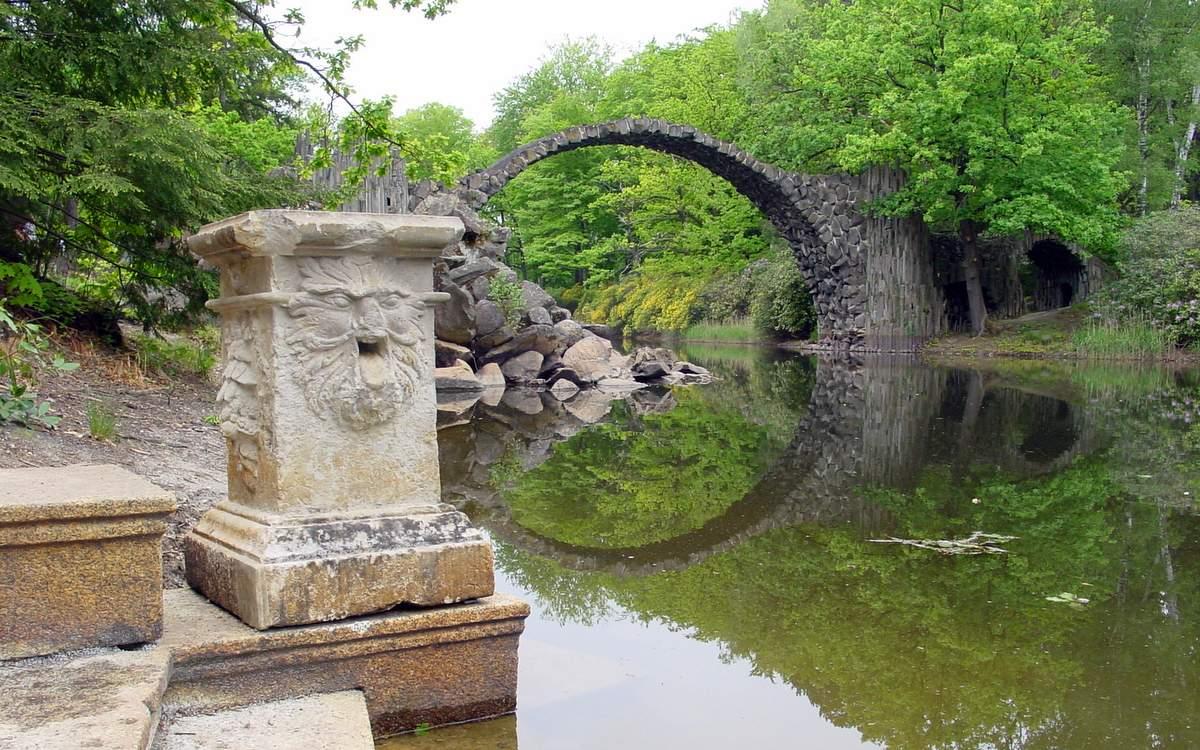 Die Rakotzbrücke im Kromlauer Park.