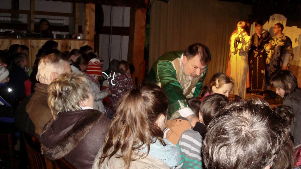 Die Gaben des Nikolaus kamen auch den Besuchern des Deutsch-Paulsdorfer Krippenspiels zu Gute, besonders den Kindern.