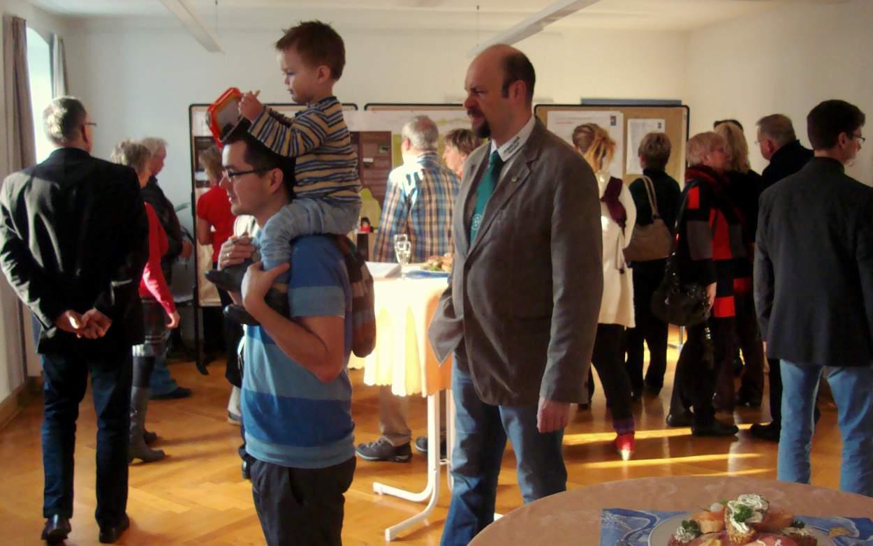 Eine kleine Ausstellung informiert in einem der beiden Tagungsräume der Kreuzbergbaude über die Bewerbung von Jauernick-Buschbach im Wettbewerb um den Europäischen Dorferneuerungspreis 2014 .