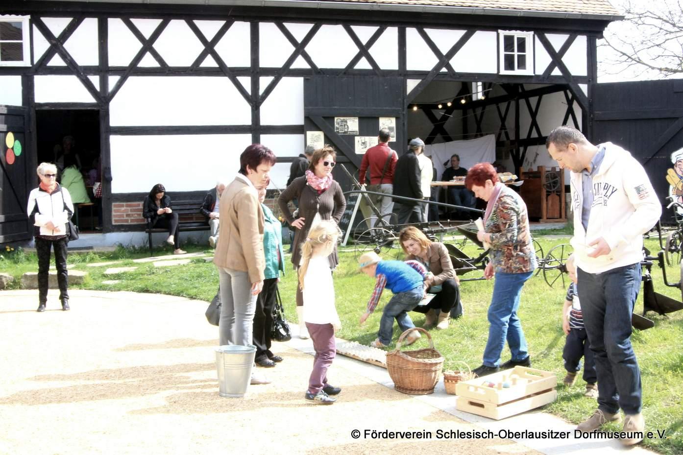 """Viel Spaß für die ganze Famile bietet das Schlesisch-Oberlausitzer Dorfmuseum<br />in Markersdorf nicht nur zur Osterzeit.""""/></a><br /><figcaption>Viel Spaß für die ganze Famile bietet das Schlesisch-Oberlausitzer Dorfmuseum<br />in Markersdorf nicht nur zur Osterzeit.</figcaption>In der Zwischenzeit konnte man dem Zauberer zusehen, Pony reiten, oder sich mit den verschiedenen  Gestaltungen von Ostereiern beschäftigen. Hier gab es zum Beispiel eine ganz besondere Art  zur Verzierung der Eier. Diese wurden mit Blüten beklebt und die Zwischenräume anschließend ausgefräst. Die so entstandenen Schmuckstücke waren richtige Kunstwerke, die man nicht jeden Tag zu sehen bekommt.<a href="""