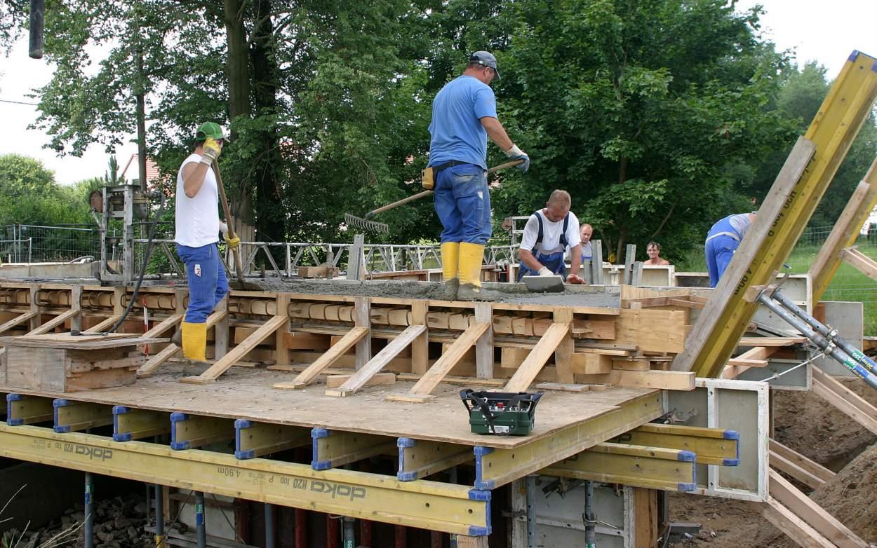 Finish: Der eingebrachte Beton wird von Mitarbeitern der Fa. STL Löbau in der Schalung sorgfältig verteilt.