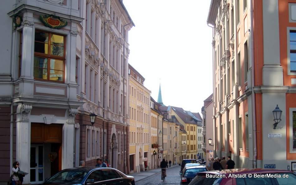 Die verwinkelte Bautzener Altstadt erhebt sich über der Spree und bietet eine lebendige Kneipenszene. Ein Ausflugstipp sind auch die Wehranlagen.