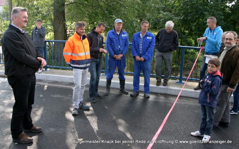 Bürgermeister Thomas Knack (links) und Ortsvorsteher Jürgen Lange (ganz rechts) für den Ortschaftsrat bedankten sich am 22. September 2014 in kleiner feierlicher Runde nach der Bauabnahme bei allen Beteiligten.