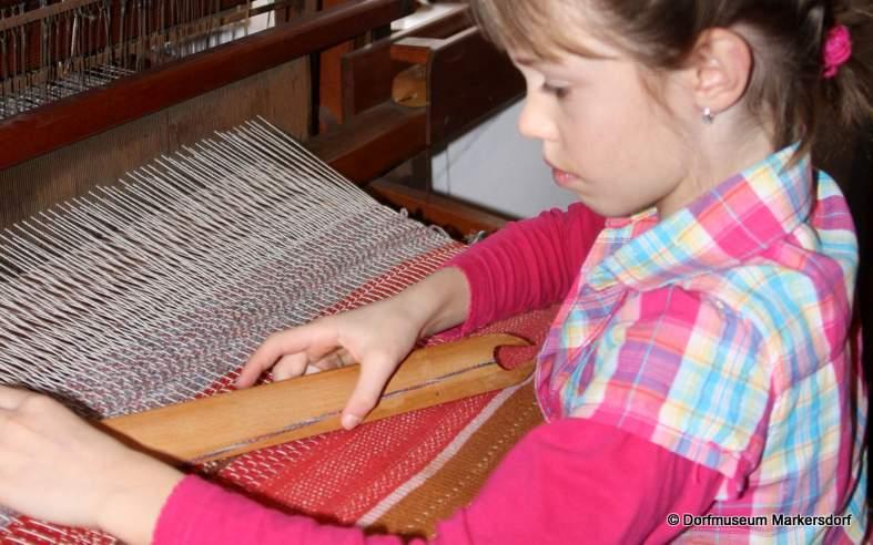 Die Kinder fanden besonderen Gefallen daran, den Webstuhl auszuprobieren.