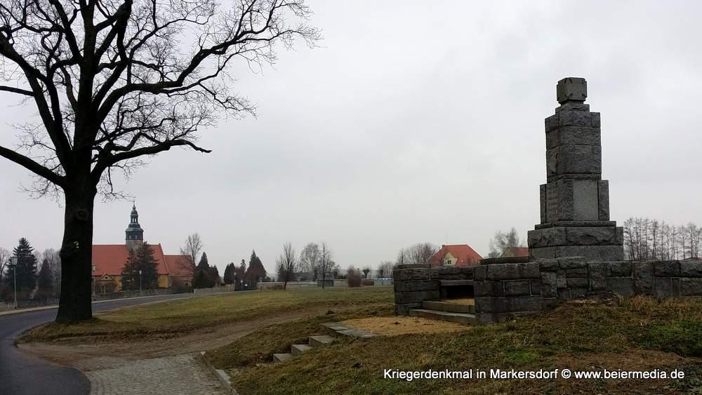 Das Markersdorfer Kriegerdenkmal unweit der Kirche St. Michaelis.