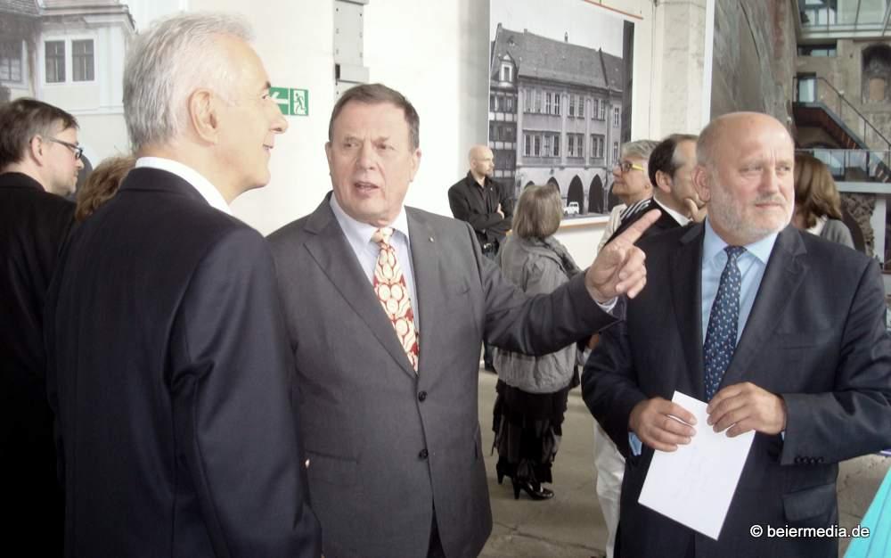 Von links: Sachsens Ministerpräsident Stanislaw Tillich, Prof. Jörg Schöner und der Görlitzer Oberbürgermeister Siegfried Deinege bei der Ausstellungseröffnung.