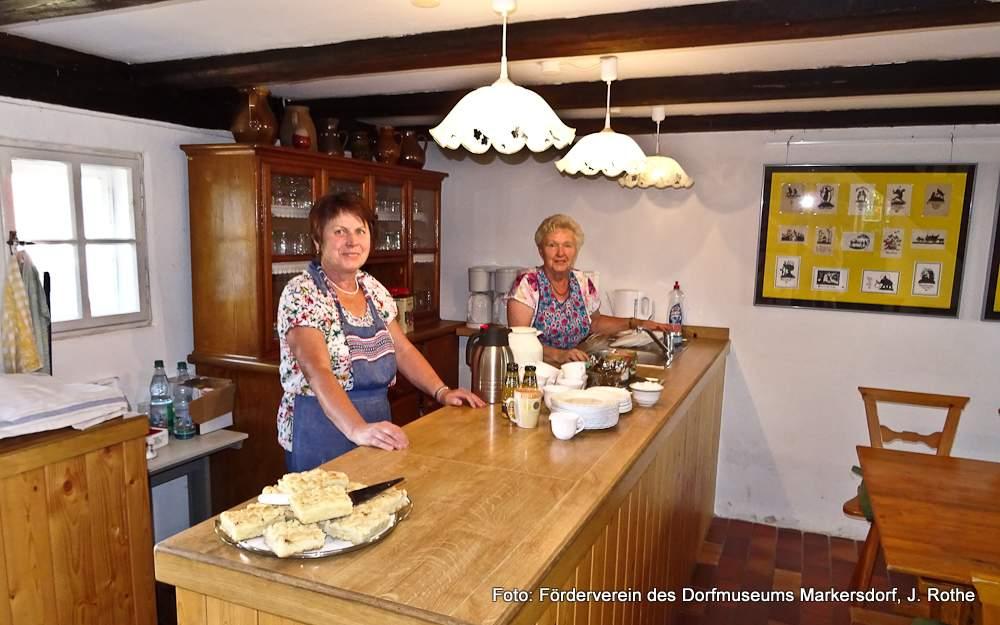 Kaffee und selbstgebackener Kuchen in der Kaffeestube des Markersdorfer Dorfmuseums.