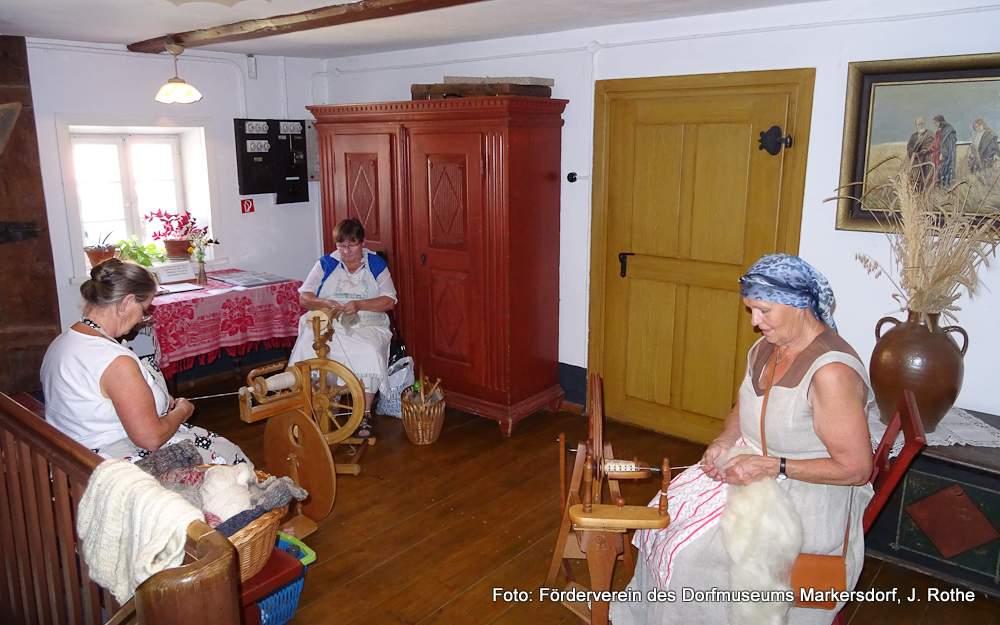 Die fleißigen Frauen am Spinnrad zeigten, wie viel Spaß das Herstellen eigener Wolle macht.