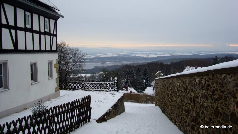 Weit geht der Blick von Jauernick-Buschbach über den Berzdorfer See und die Lausitzer Neiße bis zu den Ausläufern der Sudeten.