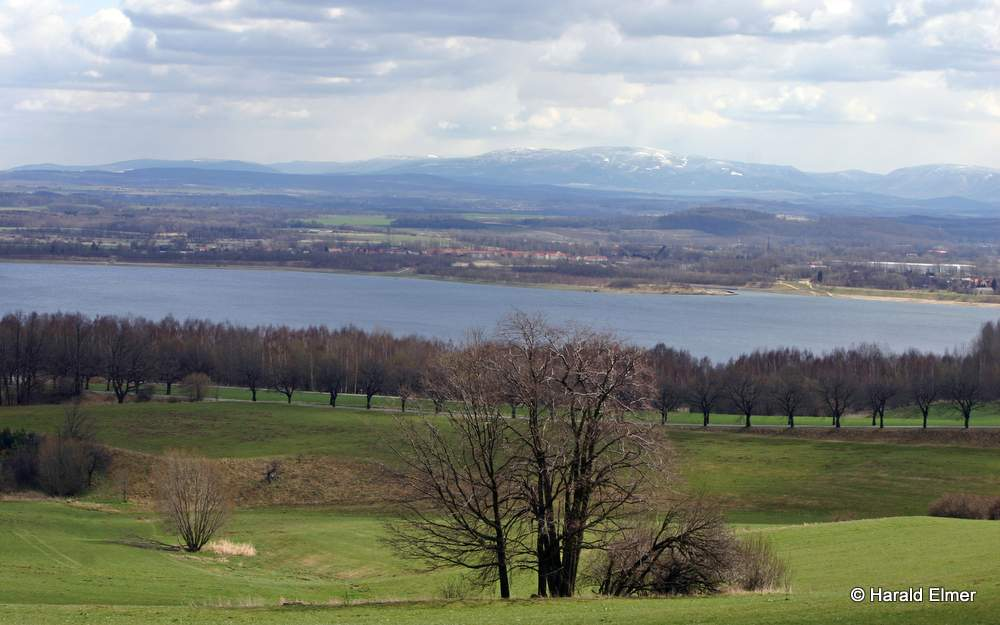 Das Foto von Harald Elmer zweigt den Blick über den unteren Teil der Jauernicker Kirschalle und den Berzdorfer See bis hin zum Riesengebirge.