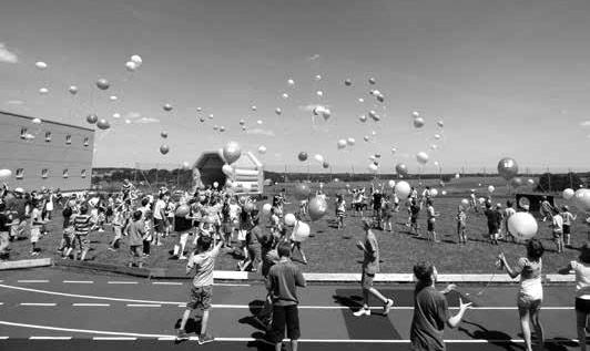 Für die Kinder war das Luftballons steigen lassen einer der Höhepunkte.