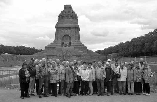 Die reisefreudigen Markersdorfer vor dem Völkerschlachtdenkmal