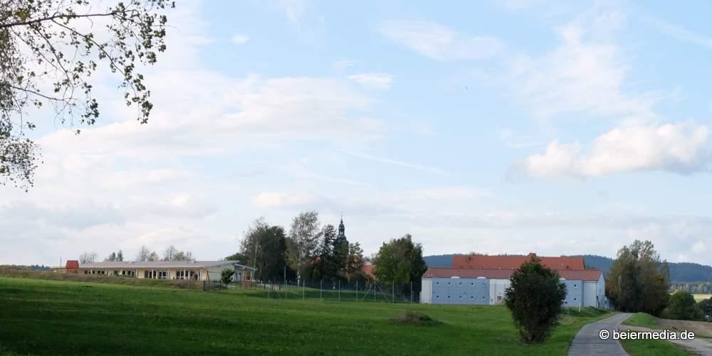 Kinderhaus, Kirche und Grundschule (rechts die Mehrzweck-Turnhalle, dahinter das eigentliche, voll sanierte Schulgebäude) liegen in Markersdorf dicht beieinander.