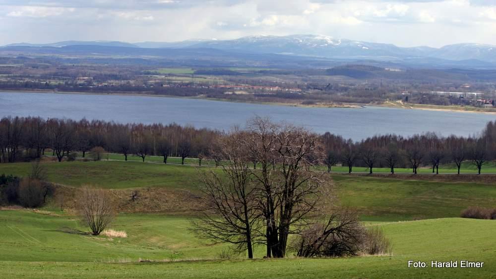 Blick von der Ortschaft Jauernick-Buschbach über den Berzdorfer See hin zum Riesengebirge