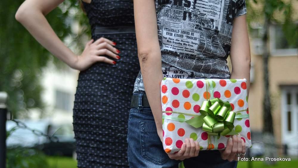 Nicht nur das Geschenk selbst, sondern auch Details wie die Verpackung, die Grußkarte oder die Art der Übergabe zählen