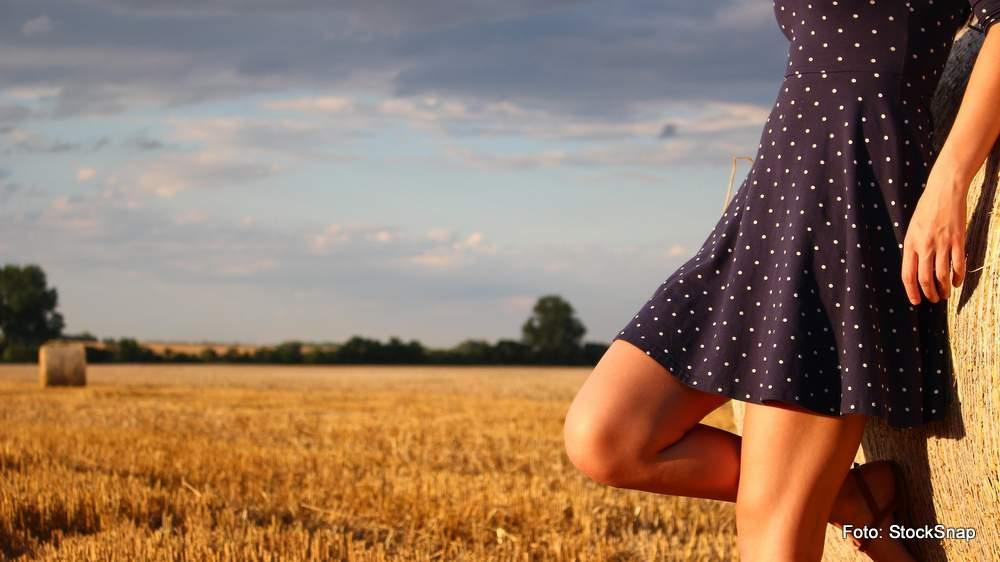 Ein schlichtes Kleid passt zum ländlichen Leben...