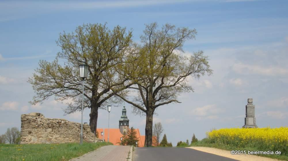 Mitten in Markersdorf: Die Barbarakapelle, St. Michaelis und das Kriegerdenkmal des Ersten Weltkrieges, das auch eine Gedenktafel für die Opfer des Zweiten Weltkrieges trägt. Im Bild ganz oben ist vor der Barbarakapelle das Denkmal an den Krieg von 1870/71 erkennbar